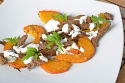 Geröstete Rindfleischstreifen auf Ofenkürbis